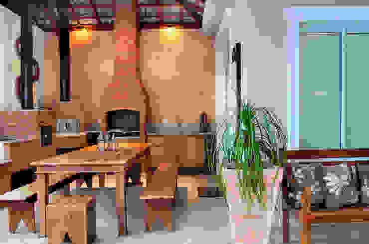 studio VIVADESIGN POR FLAVIA PORTELA ARQUITETURA + INTERIORES Balkon, Beranda & Teras Gaya Rustic Brown