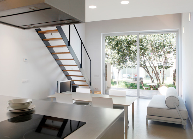 Sala de estar/cocina: Comedores de estilo  de CABRÉ I DÍAZ ARQUITECTES, Minimalista