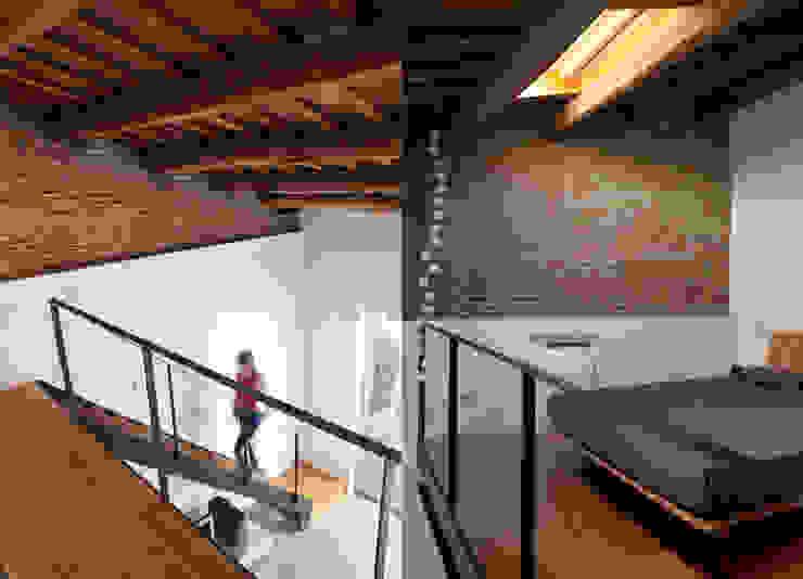 Escalera/dormitorio: Dormitorios de estilo  de CABRÉ I DÍAZ ARQUITECTES, Minimalista