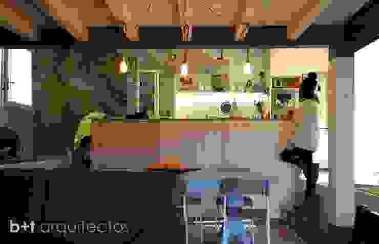Cocina y estar Cocinas de estilo rural de b+t arquitectos Rural