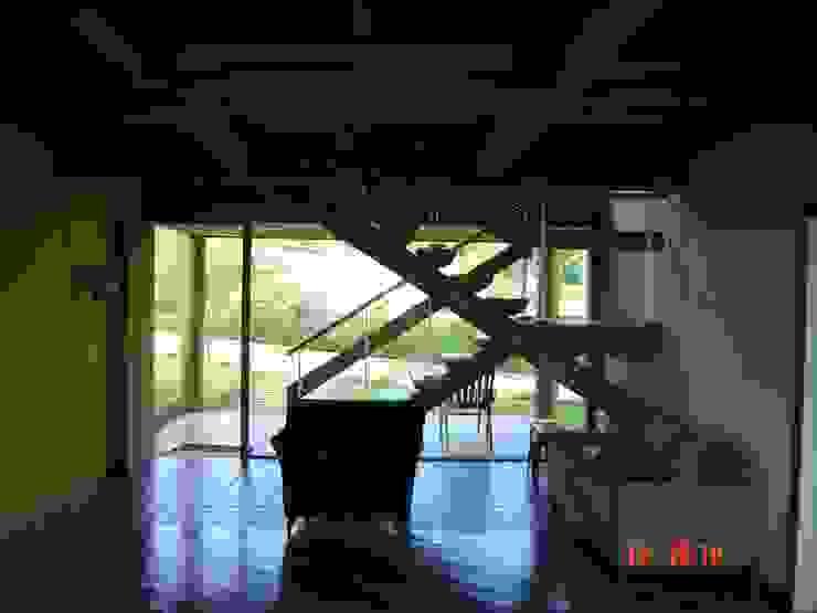 Country style corridor, hallway& stairs by Carlos Eduardo de Lacerda Arquitetura e Planejamento Country