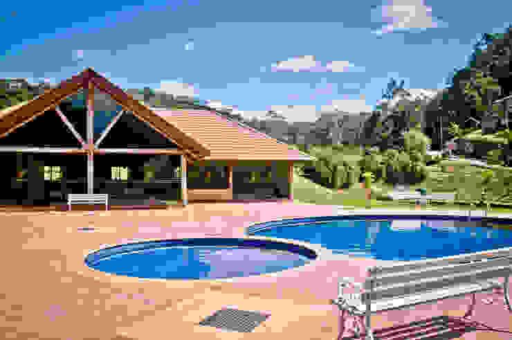 Country style pool by Carlos Eduardo de Lacerda Arquitetura e Planejamento Country