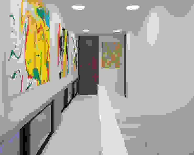 pasillo Pasillos, vestíbulos y escaleras modernos de ANGOLO-grado arquitectónico Moderno Azulejos