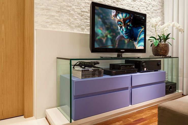 Медиа комната в стиле модерн от studio VIVADESIGN POR FLAVIA PORTELA ARQUITETURA + INTERIORES Модерн