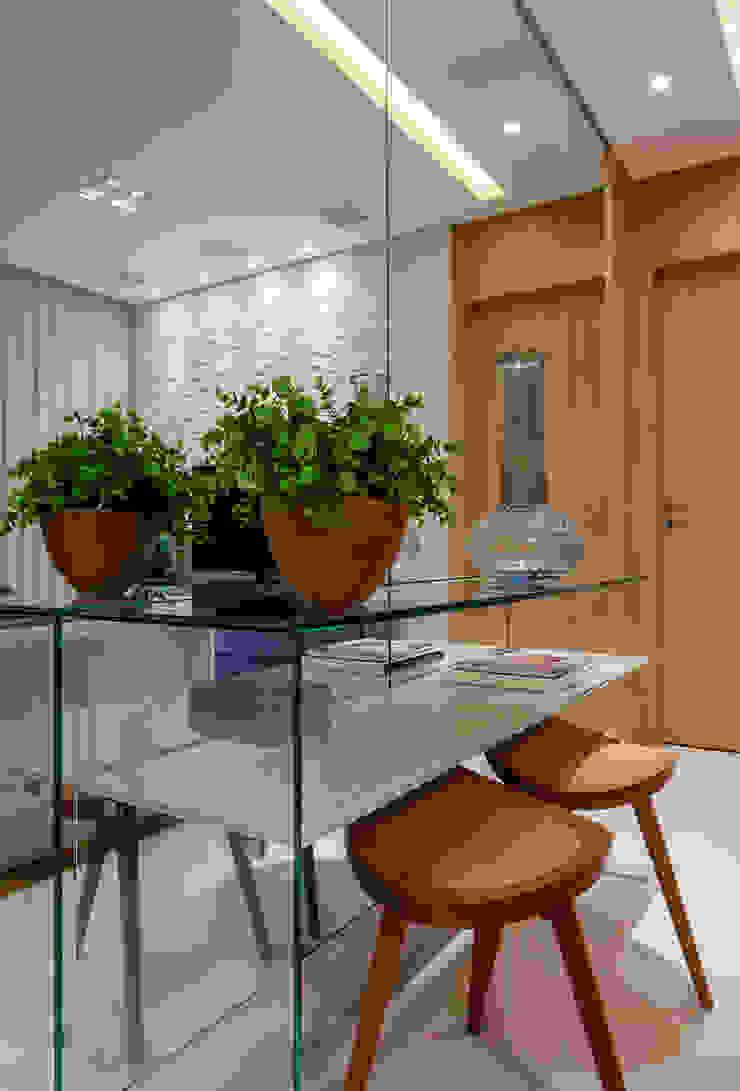 Гостиная в стиле модерн от studio VIVADESIGN POR FLAVIA PORTELA ARQUITETURA + INTERIORES Модерн