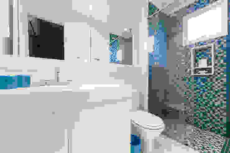 studio VIVADESIGN POR FLAVIA PORTELA ARQUITETURA + INTERIORES Modern bathroom