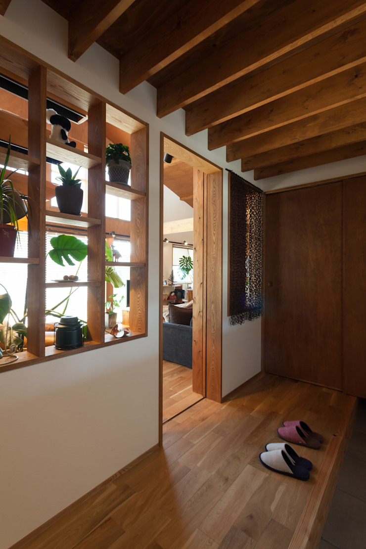 Eclectic style corridor, hallway & stairs by 株式会社グランデザイン一級建築士事務所 Eclectic Solid Wood Multicolored