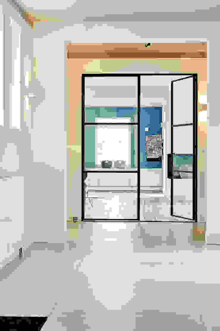 Jolanda Knook interieurvormgeving Modern corridor, hallway & stairs