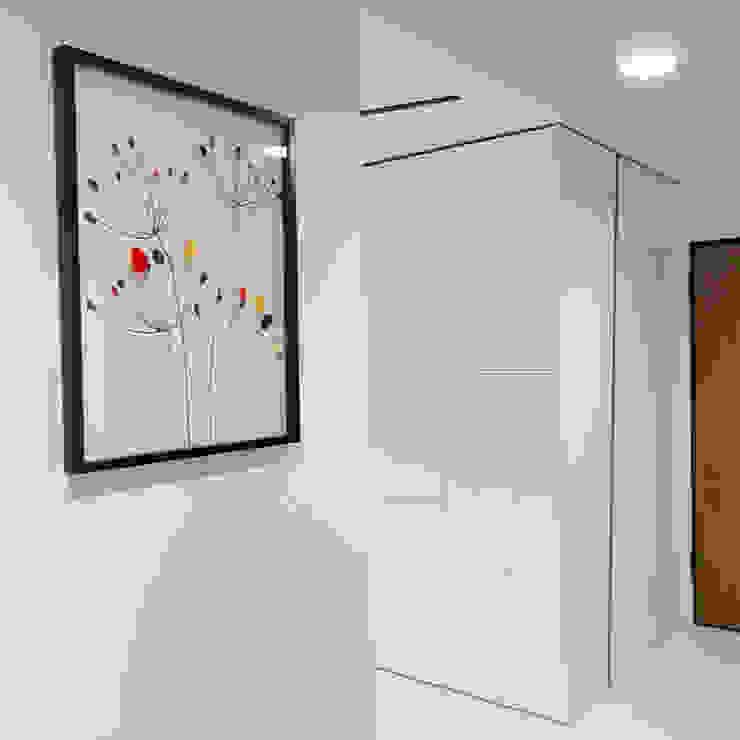Projekt wnętrz mieszkania w budynku wielorodzinnym: styl , w kategorii Korytarz, przedpokój zaprojektowany przez AP2 Architekci,Nowoczesny