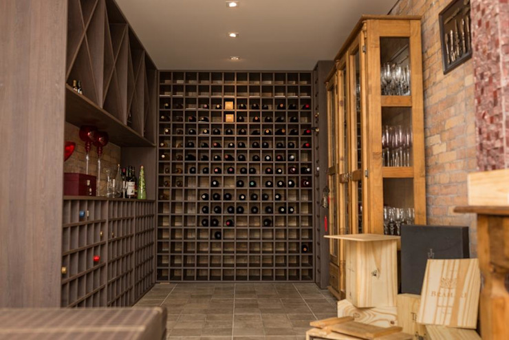 Wine cellar by Marcelo Lopes Arquitetura, Eclectic