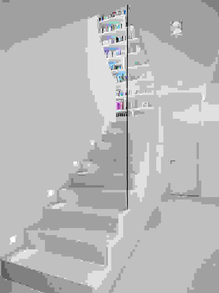 Minimalist corridor, hallway & stairs by Skandella Architektur Innenarchitektur Minimalist