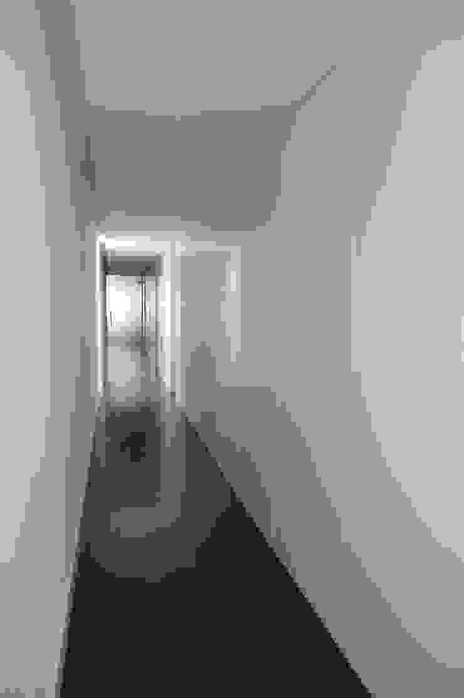 Apartment refurbishment - Campo Pequeno , Lisbon Corredores, halls e escadas modernos por QFProjectbuilding, Unipessoal Lda Moderno
