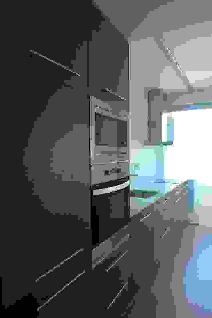 Apartment refurbishment - Campolide, Lisbon Cozinhas modernas por QFProjectbuilding, Unipessoal Lda Moderno