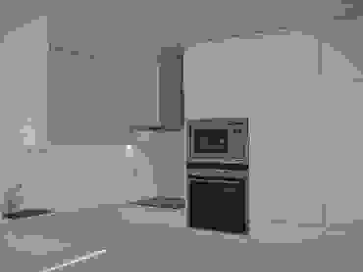 Кухня в стиле модерн от QFProjectbuilding, Unipessoal Lda Модерн