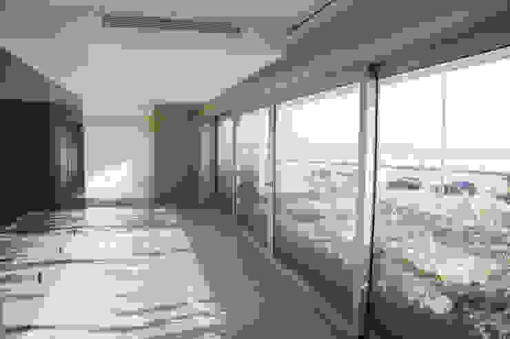 Sala de Estar e acesso a varanda Salas de estar modernas por GRAU.ZERO Arquitectura Moderno