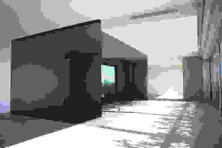 Vista da sala de estar a partir da sala de jantar Salas de jantar modernas por GRAU.ZERO Arquitectura Moderno