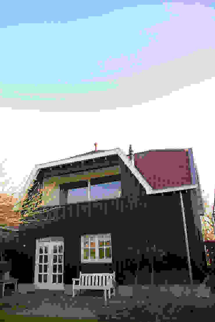 Achterzijde woning met nieuwe aan- en opbouw Moderne huizen van Kars bouwadviseur en -begeleider Modern Hout Hout