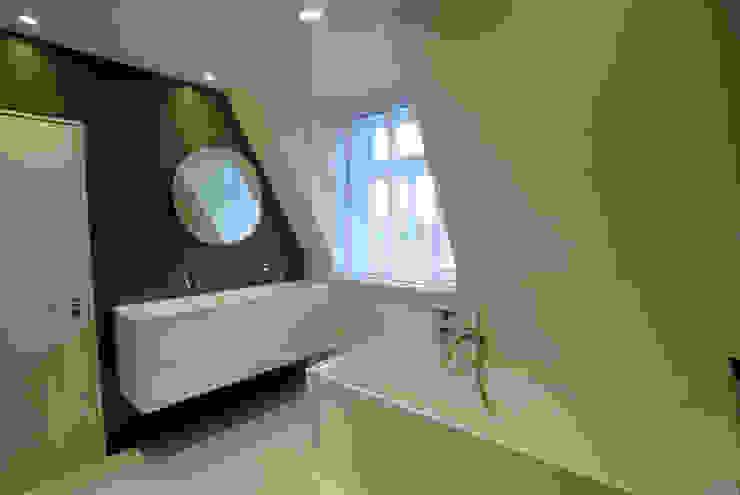 Badkamer met dakkapel Moderne badkamers van Kars bouwadviseur en -begeleider Modern Keramiek
