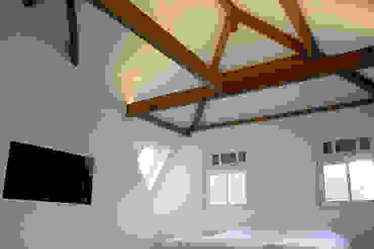 Master bedroom met houten kapconstructie Moderne slaapkamers van Kars bouwadviseur en -begeleider Modern Hout Hout