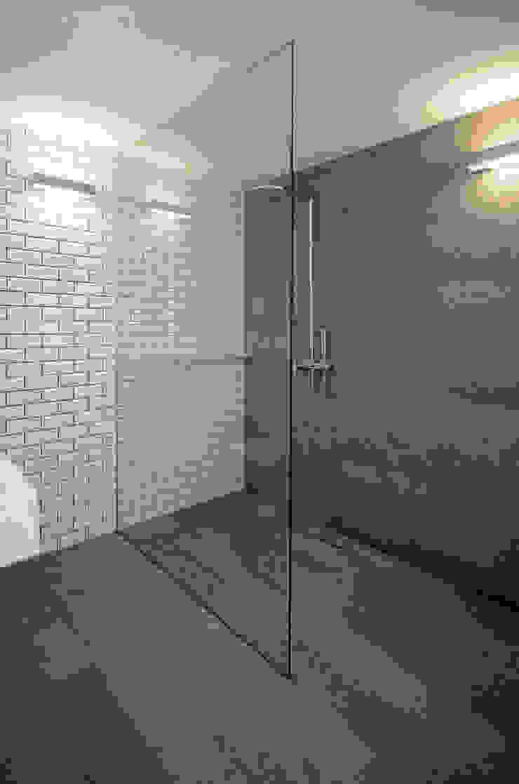 House with Patio Casas de banho modernas por Studio Dois Moderno Granito