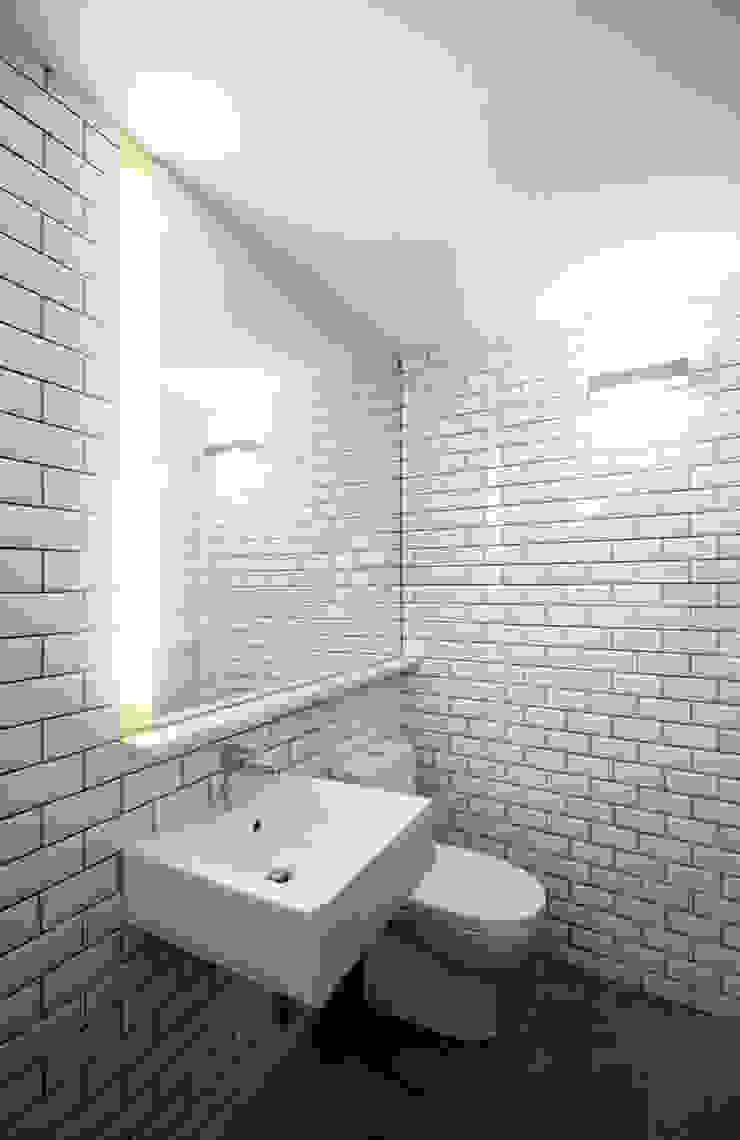 House with Patio Casas de banho modernas por Studio Dois Moderno