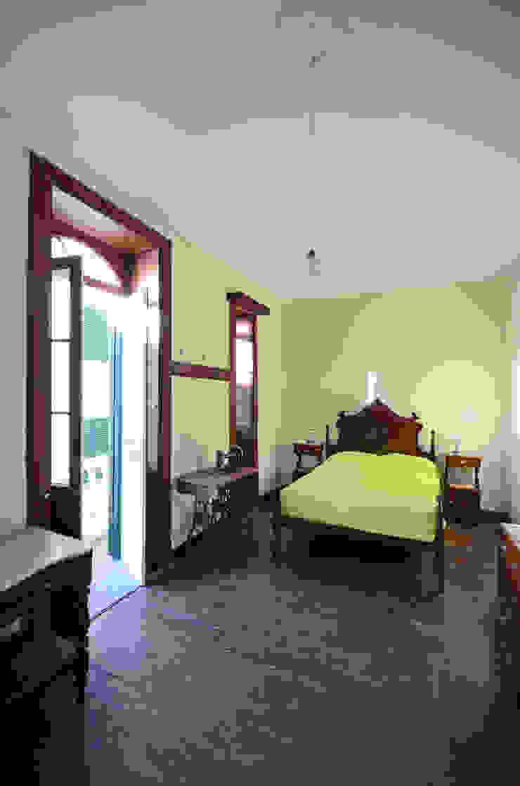 House with Patio Quartos clássicos por Studio Dois Clássico