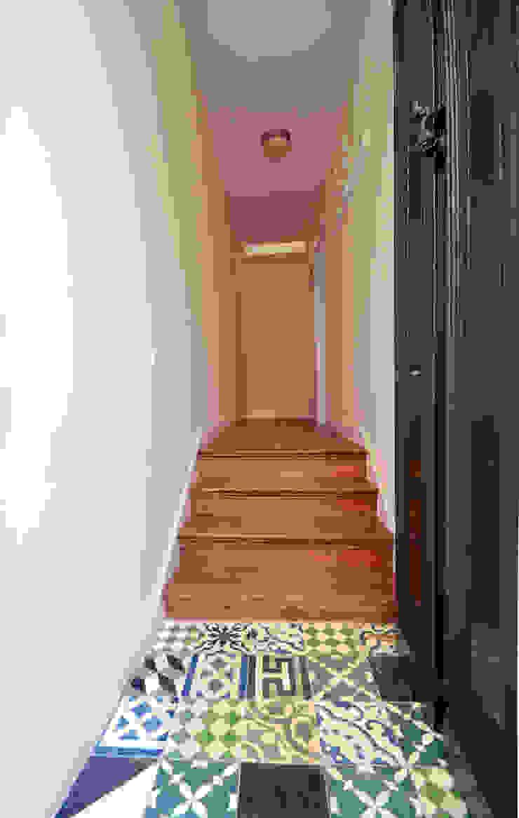 House with Patio Corredores, halls e escadas modernos por Studio Dois Moderno
