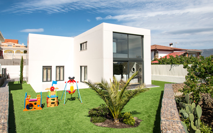 Jardín y parte trasera de la vivienda Jardines modernos de MODULAR HOME Moderno