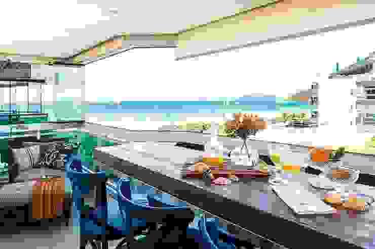 Flavia Guglielmi Arquitetura Mediterranean style balcony, veranda & terrace