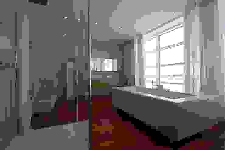 The House of the Rising Sun. 2012 nadine buslaeva interior design Minimalistische Badezimmer