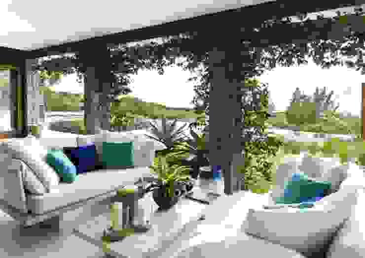 Flavia Guglielmi Arquitetura Modern style balcony, porch & terrace