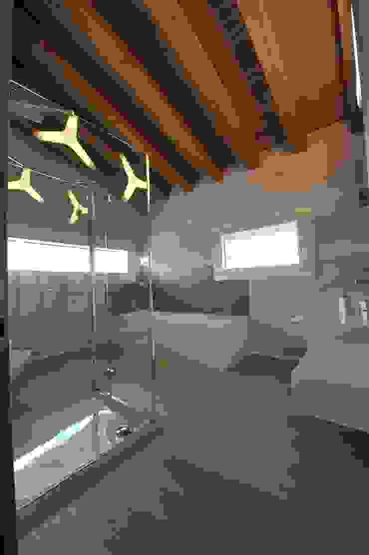 bagno della famiglia Bagno in stile classico di Architetti Baggio Classico
