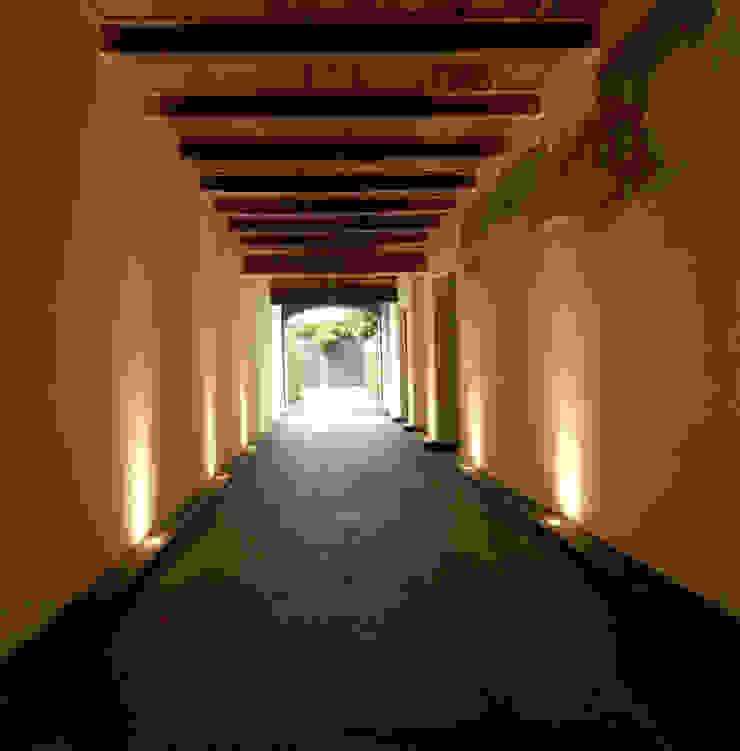 現代風玄關、走廊與階梯 根據 SDC-Milano 現代風
