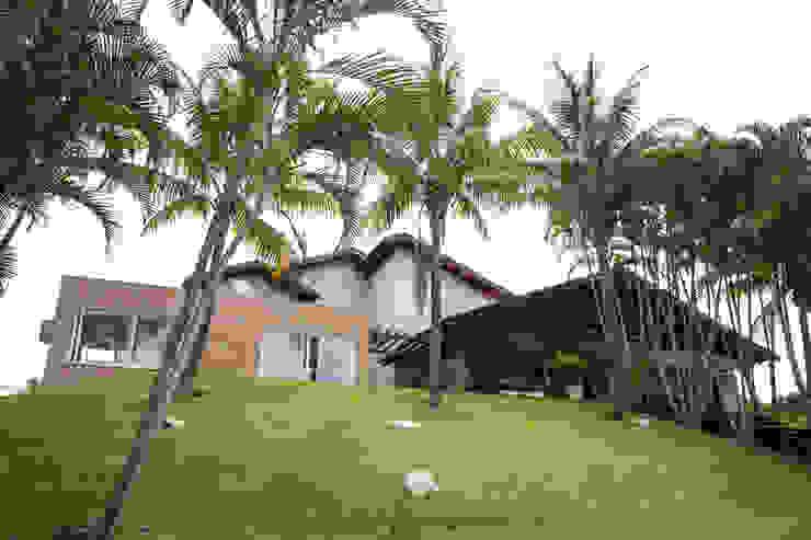 Casas de estilo tropical de Cabral Arquitetura Ltda. Tropical Ladrillos