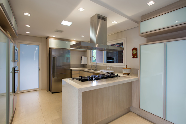 Tropical style kitchen by Cabral Arquitetura Ltda. Tropical Granite
