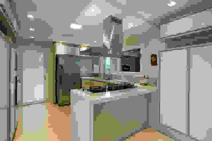 Cocinas de estilo tropical de Cabral Arquitetura Ltda. Tropical Granito