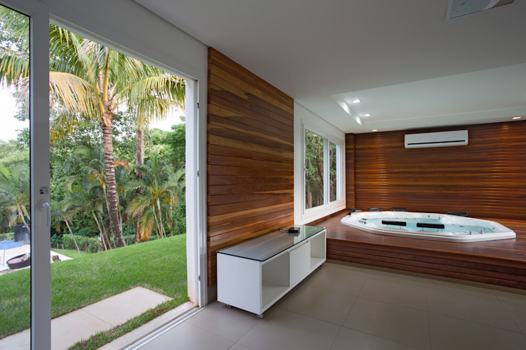 Tropical style spa by Cabral Arquitetura Ltda. Tropical Wood Wood effect