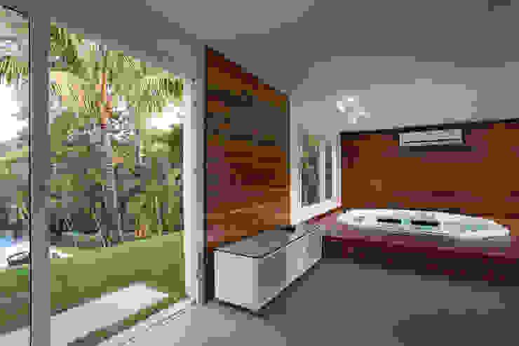 Spa tropicales de Cabral Arquitetura Ltda. Tropical Madera Acabado en madera