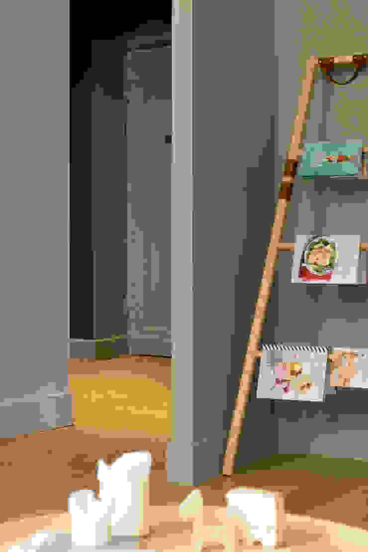 Modern corridor, hallway & stairs by Tymeno Modern