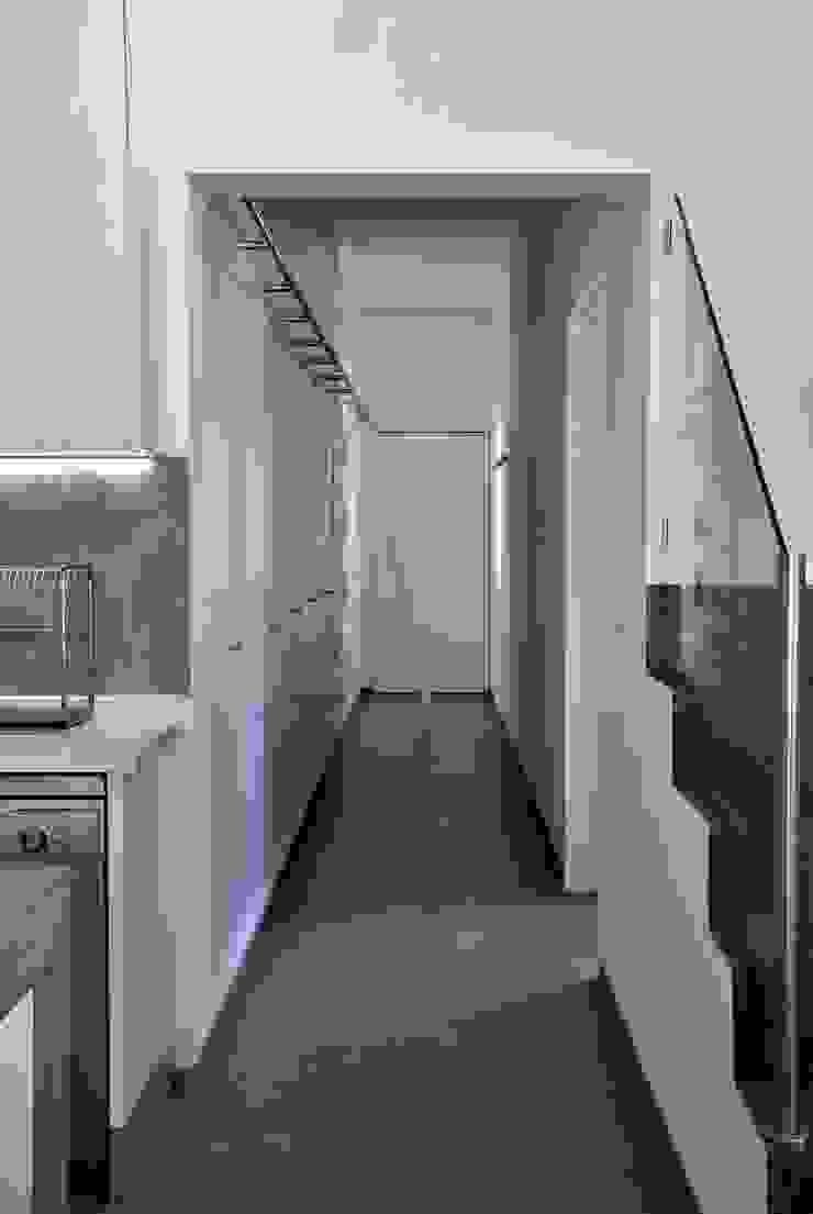 Pasillos, vestíbulos y escaleras modernos de é ar quitectura Moderno Tablero DM