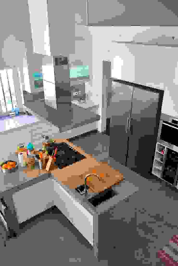 Cocinas de estilo moderno de é ar quitectura Moderno Tablero DM
