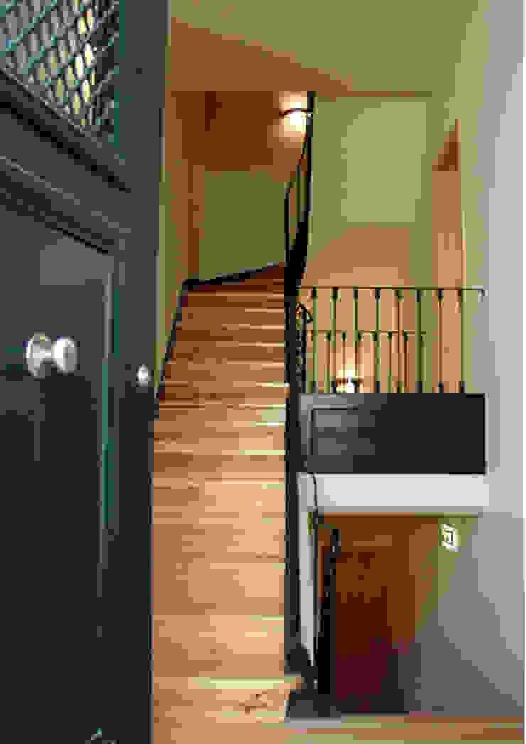 Lapa 79, Residential Building Corredores, halls e escadas clássicos por é ar quitectura Clássico Madeira Acabamento em madeira
