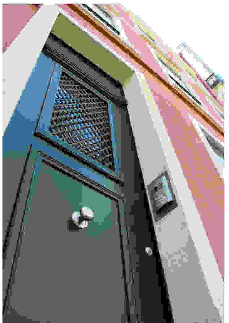 Lapa 79, Residential Building Casas clássicas por é ar quitectura Clássico Madeira maciça Multicolor