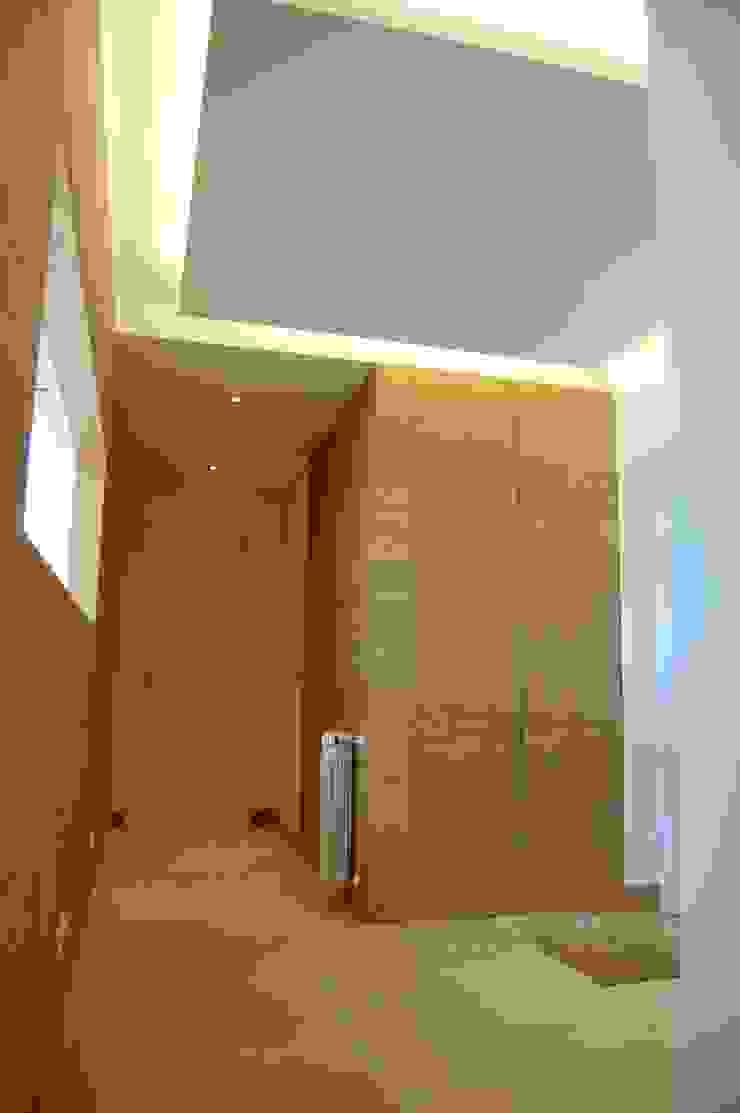 House at Alagoa, Ericeira Corredores, halls e escadas modernos por é ar quitectura Moderno Madeira Acabamento em madeira
