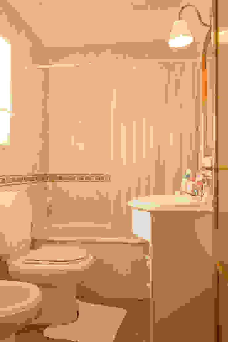 WC Suite Casas de banho mediterrânicas por Pedro Brás - Fotógrafo de Interiores e Arquitectura | Hotelaria | Alojamento Local | Imobiliárias Mediterrânico
