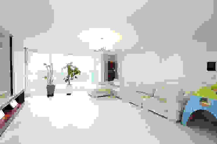 Moderne woonkamers van 퍼스트애비뉴 Modern