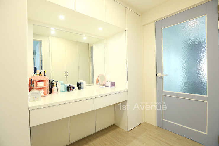 Modern style dressing rooms by 퍼스트애비뉴 Modern