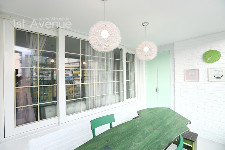 Modern style balcony, porch & terrace by 퍼스트애비뉴 Modern