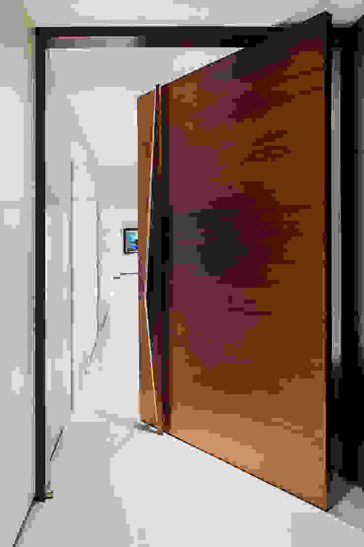 Puertas y ventanas modernas de Nitido Interior design Moderno Madera maciza Multicolor