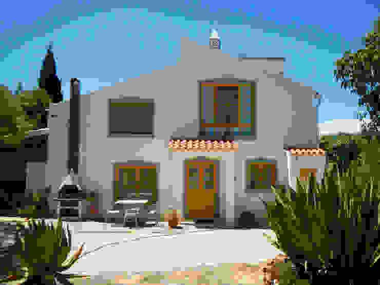 Pintura: Fachadas e exteriores Casas rústicas por RenoBuild Algarve Rústico
